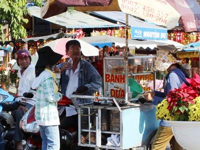 Thức ăn đường phố bán trước cổng chùa Bà Thiên Hậu, phường Phú Cường, TP.Thủ Dầu Một,             Bình Dương. Ảnh: SN
