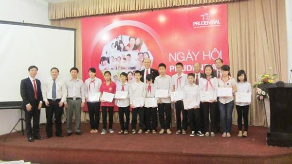 Các lãnh đạo Prudential và báo Tiền Phong, Sở GD&ĐT trao học bổng cho học sinh