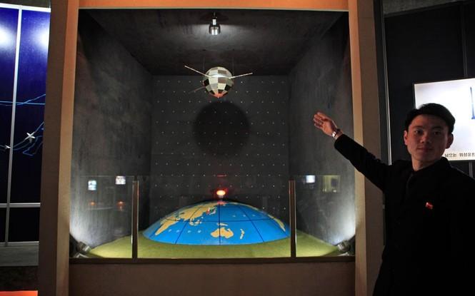 Một mô hình vệ tinh tại một triển lãm cách mạng tại thủ đô Bình Nhưỡng nhân kỷ niệm 100 năm ngày sinh  cố nhà lãnh đạo Kim Nhật Thành
