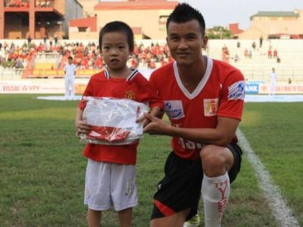 """Lòng hâm mộ bóng đá của cậu bé Việt Hoàng đã khiến Thành """"rìu"""" ngưỡng mộ"""
