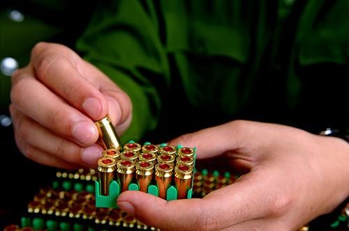 Hội thi được tổ chức theo hai hình thức bắn chậm và bắn nhanh bằng súng ngắn nữ