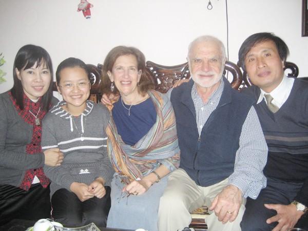 Bố, mẹ và em gái Tôn Hà Anh cùng vợ chồng GS.TS Chris Maltas tại Hà Nội