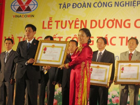 Bà Trần Thị Hà - Thứ trưởng Bộ Nội vụ, Trưởng ban Ban Thi đua - Khen thưởng Trung ương tặng bằng khen cho các tập thể, cá nhân thuộc Vinacomin. Ảnh: Nguyễn Thảo