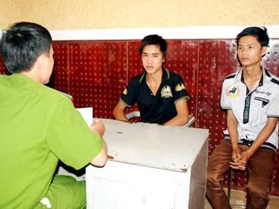 Nguyễn Thành Sỹ và Văn Phú Lên tại Cơ quan CSĐT CA tỉnh Đắc Nông