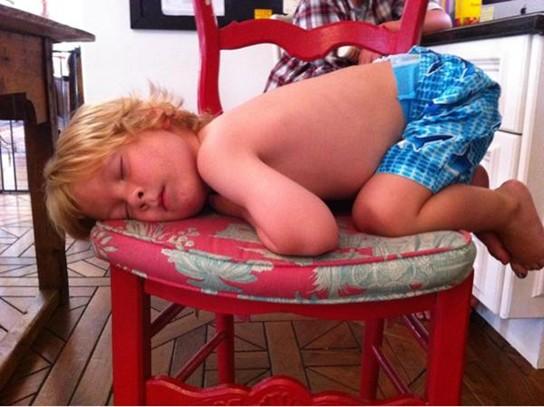 Những kiểu ngủ gật đáng yêu của bé - ảnh 4