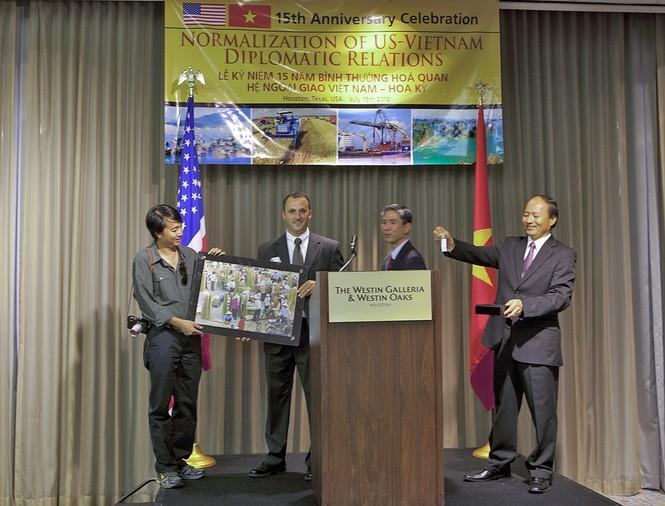 Tổng lãnh sự Lê Dũng (bìa phải) trao quà lưu niệm cho đại diện tập  đoàn máy tính Mỹ Dell. Ảnh: CTV