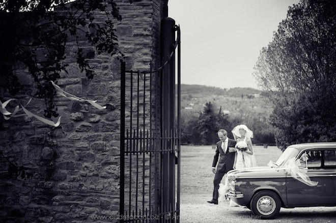 Francesca cùng cha tiến bước vào nơi tổ chức lễ cưới
