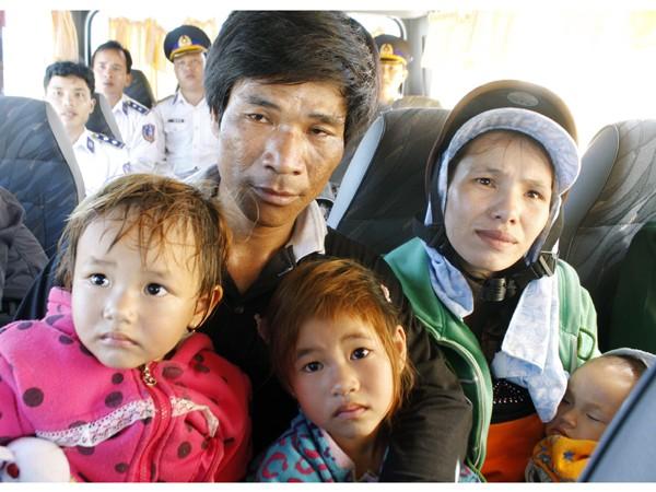 Ngư dân Trần Văn Liệu cùng vợ con             Ảnh: Nguyễn Thành