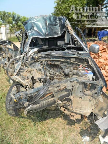 Ô tô 7 chỗ ngồi bị bẹp nát nửa phần đầu xe