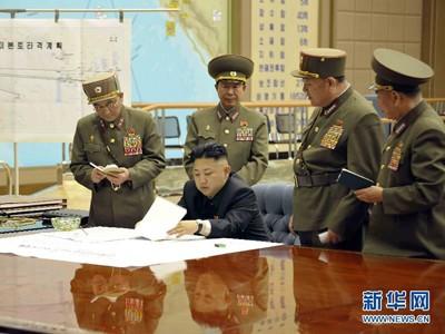 Nhà lãnh đạo Kim Jong-un họp khẩn cấp với các tướng lĩnh Triều Tiên hôm 28/3 (KCNA nói rằng, ông Kim đang phê duyệt kế hoạch             tấn công Mỹ của Lực lượng Tên lửa Chiến lược). Ảnh: KCNA