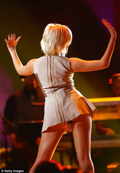 Nữ ca sĩ không ý thức được mình đang biểu diễn trong một chương trình tưởng nhớ huyền thoại nhạc pop