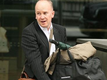 Một nhân viên của Lehman Brothers xếp đồ đạc rời trụ sở khi ngân hàng này nộp đơn phá sản năm 2008 Ảnh: Rex Features