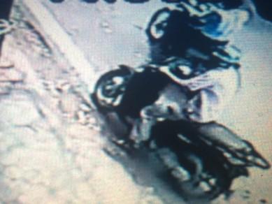 Hình ảnh đối tượng lấy trộm chiếc xe Sh của chị Linh được Camera ghi lại