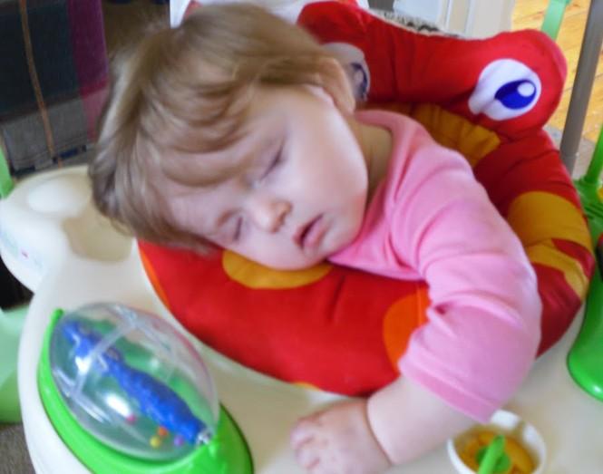 Những kiểu ngủ gật đáng yêu của bé - ảnh 10