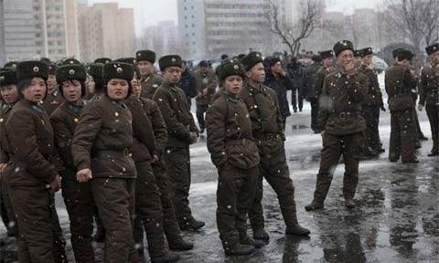 Binh sĩ Triều Tiên đứng dọc một con đường ở Bình Nhưỡng trong tuyết rơi dày ngày 17/2