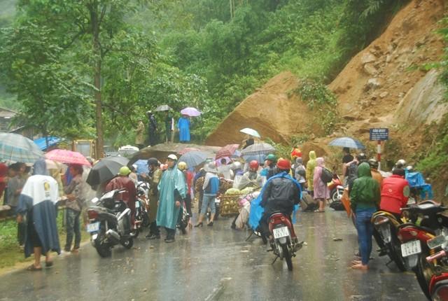 Sa Pa: Lở đất đá, xe cộ kẹt dài hơn 3 km - ảnh 2
