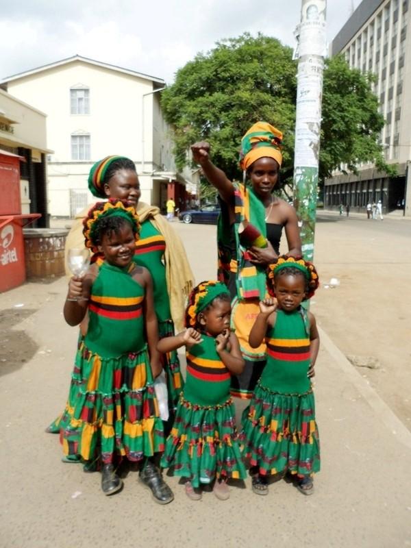 Phụ nữ và trẻ em Zambia đều yêu bóng đá