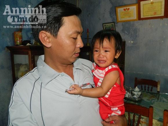 Cháu bé nhỏ hi hữu không bị thương, đang được gia đình một cán bộ CAH chăm sóc