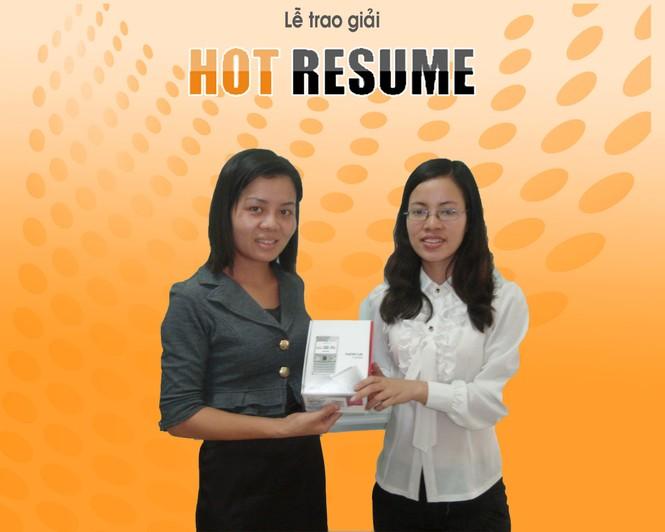 Chị Hoàng Thị Thúy – Trưởng văn phòng đại diện Kiemviec.com tại Hà Nội đang trao giải tuần cho ứng viên