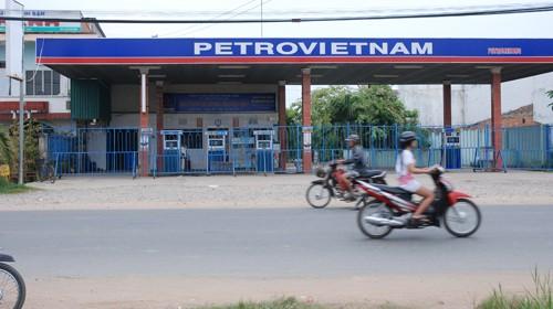 Cây xăng Ngọc Bảo ở huyện Mộc Hóa (Long An) đóng cửa không bán (ảnh chụp chiều 28-12). Ảnh: C.T.V. (Tuổi Trẻ)