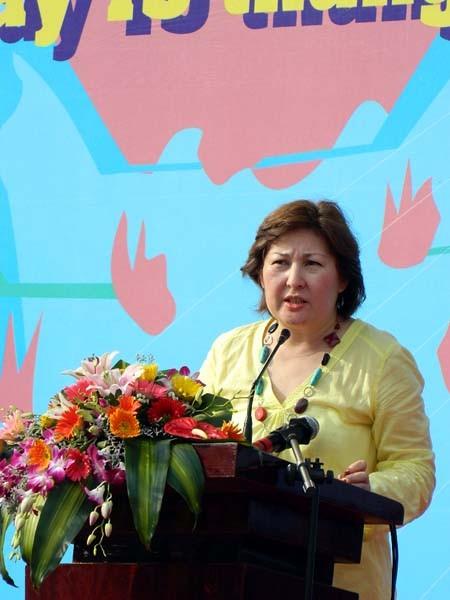 """Bà Zhuldyz Akisheva cho biết, chủ đề của năm nay là """"Toàn thế giới hành động vì cộng đồng lành mạnh không có ma túy"""""""