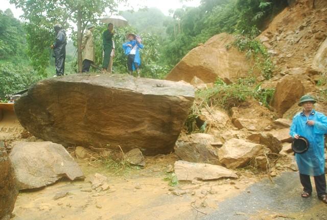 Sa Pa: Lở đất đá, xe cộ kẹt dài hơn 3 km - ảnh 4