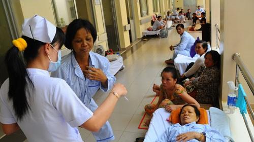 Bệnh nhân viêm gan siêu vi được điều trị tại Bệnh viện Bệnh nhiệt đới TP.HCM. Ảnh: T.T.D. (Tuổi Trẻ)
