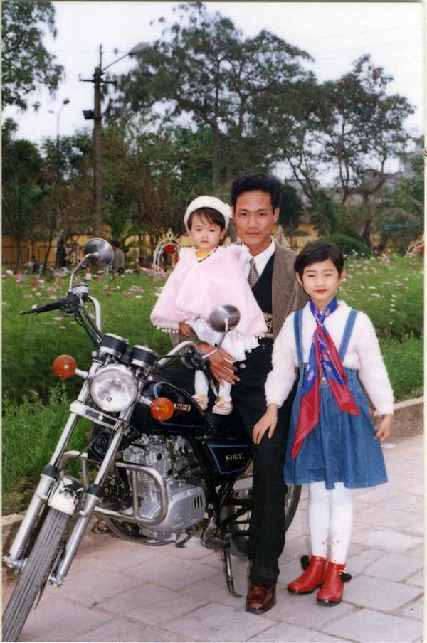 Chụp hình cùng bác và em gái