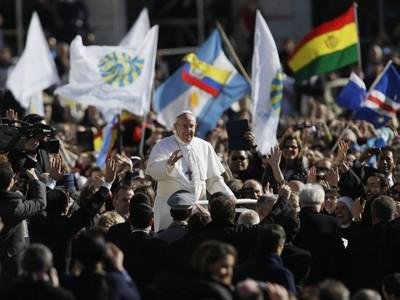 Giáo hoàng Francis chào đón các tín đồ Công giáo và du khách nhiều nước ở Quảng trường Thánh Peter hôm qua.             Ảnh: Ny Times