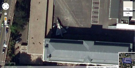 Phi cơ chiến đấu đỗ trên nóc nhà