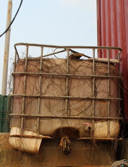 Những thùng chứa nước sinh hoạt đặt cạnh các ngôi nhà di động