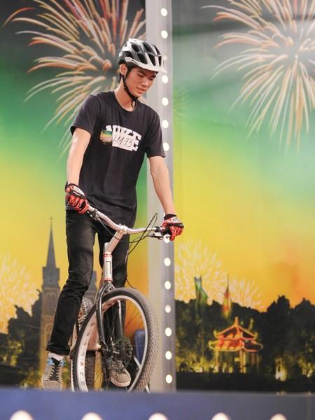 Ngô Minh Tú với xe đạp mạo hiểm