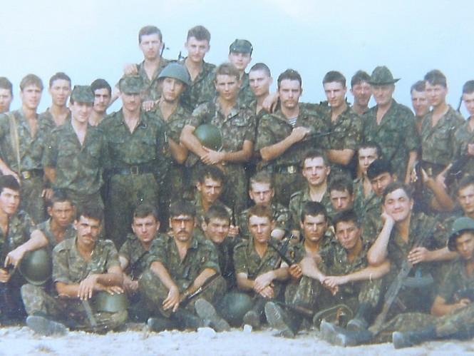 Đại đội 1061 tập bắn trên trường bắn, 90-94