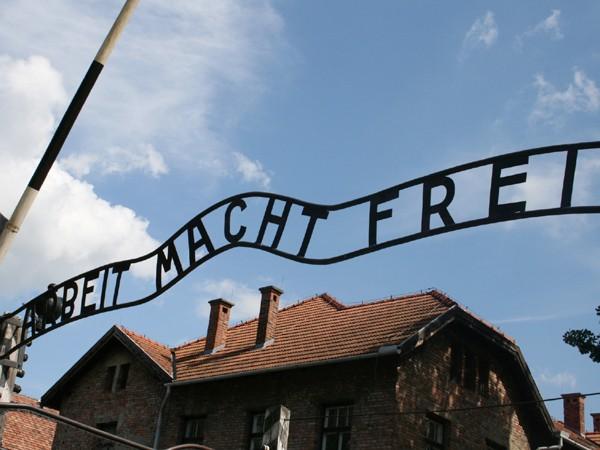 Cổng vào Auschwitz với khẩu hiệu khét tiếng