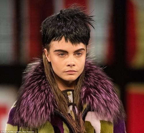 Những kiểu tóc 'nổi loạn' trên sàn catwalk Paris - ảnh 1
