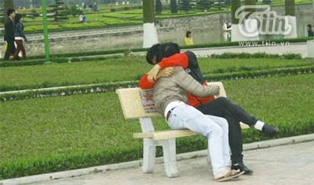 Hai bạn trai này cũng vô tư ôm ấp nhau