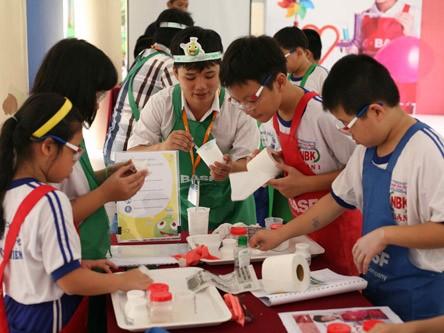 Một tiết học thí nghiệm vui của HS Trường tiểu học Nguyễn Bỉnh Khiêm (Q.1). Ảnh: Đào Ngọc Thạch