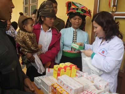 Phát thuốc và tư vấn sử dụng cho bà con đến khám bệnh nhân đạo tại Chiềng Ly huyện Thuận Châu, tỉnh Sơn La