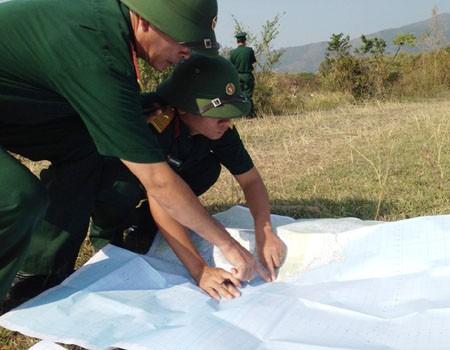 Lãnh đạo Bộ CHQS tỉnh Quảng Bình xác định các vị trí trong khu vực  an táng trên bản đồ