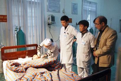 Lãnh đạo huyện thăm hỏi Cháu Nguyễn Trung Linh tại bệnh viện đa khoa Hùng Vương