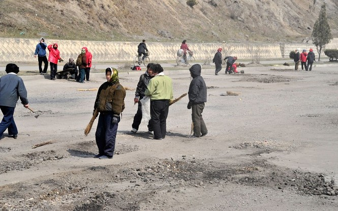 Phụ nữ Triều Tiên tham gia tu sửa con đường cao tốc