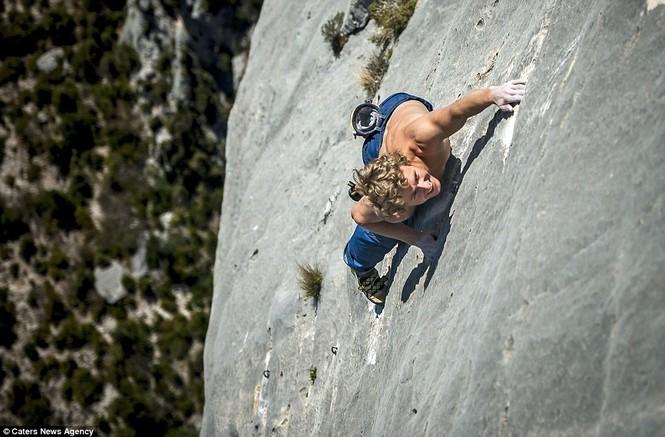 Cận cảnh 'Người nhện' trên vách núi - ảnh 4