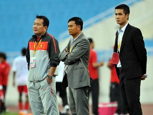 Thầy trò HLV Hoàng Văn Phúc (bìa trái) không thi đấu trận nào trong 1 tháng qua nhưng vẫn giữ được vị trí số 1 Đông Nam Á. Ảnh: Ngô Nguyễn