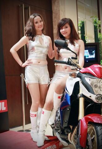 Người đẹp bên Honda CB1000R Tricolour - ảnh 1