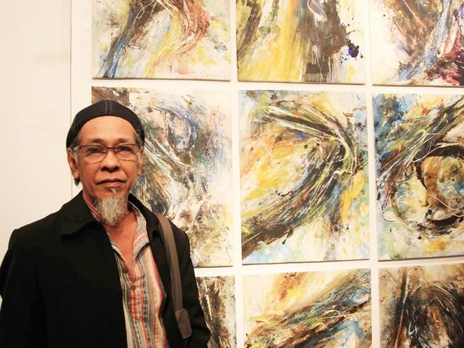 Yusof bên tác phẩm bảo vệ môi trường của ông. Ảnh: N.M.Hà