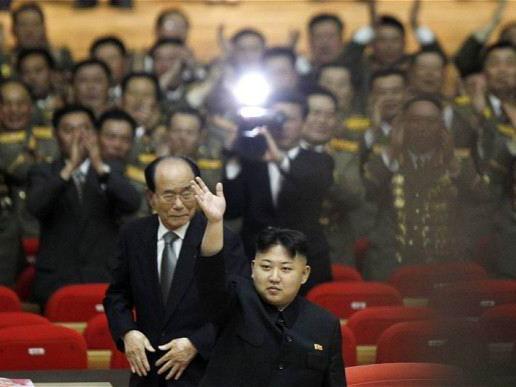 Tân Tổng tư lệnh quân đội Triều Tiên, Kim Jong Un tại buổi hòa nhạc kỉ niệm 80 năm thành lập Quân đội  Triều Tiên.