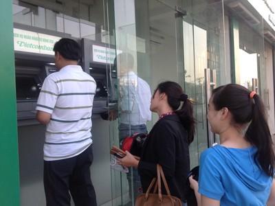 Người Việt hiện chủ yếu dùng ATM để rút tiền nên Ngân hàng buộc phải thu phí bù lỗ