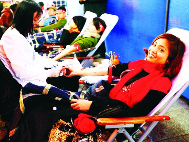 Hiến máu trong ngày Chủ nhật Đỏ năm 2012 Ảnh: Hồng Vĩnh