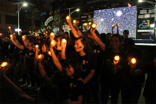 Từ hai năm nay, giới trẻ TP.HCM không đốt nến mà sử dụng đèn led tiết kiệm năng lượng để thắp sáng trong Giờ Trái đất.