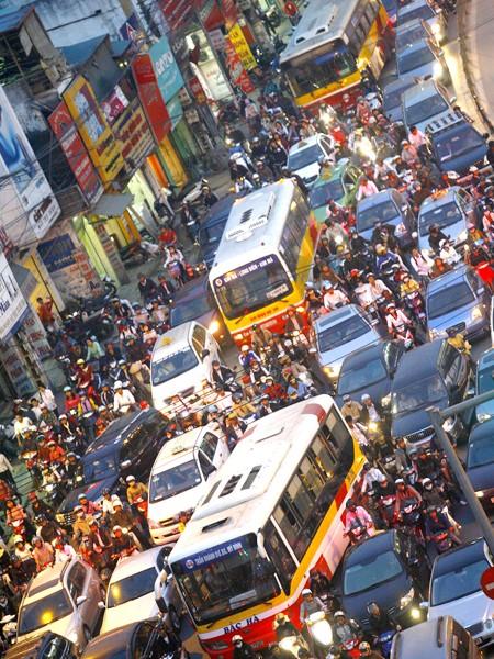 Khí thải giao thông khiến không khí đô thị ô nhiễm. Ảnh: Hồng Vĩnh